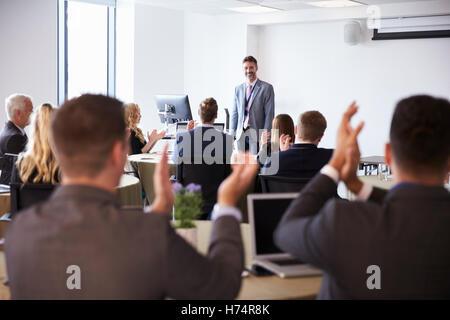Delegierten applaudierten Geschäftsmann, Präsentation - Stockfoto