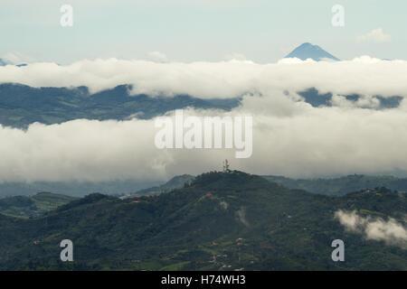 Luftaufnahme des Vulkans Arenal in Costa Rica erreichte durch die Wolken - Stockfoto