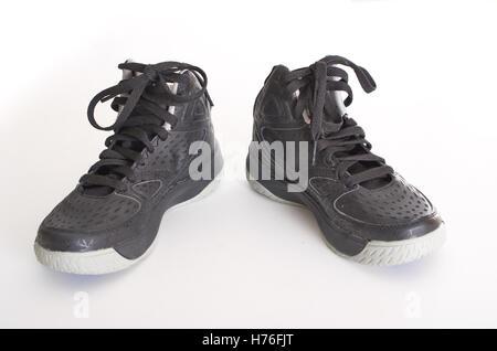 Kinder moderne High-Top schwarz Leder und Mesh Basketball-Schuhe, Turnschuhe, isoliert auf weiss - Stockfoto