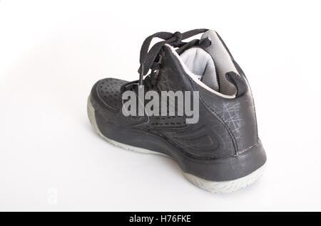 Einen modernen High-Top aus schwarzem Leder und Mesh-Basketball-Schuh, Sneaker, isoliert auf weiss - Stockfoto