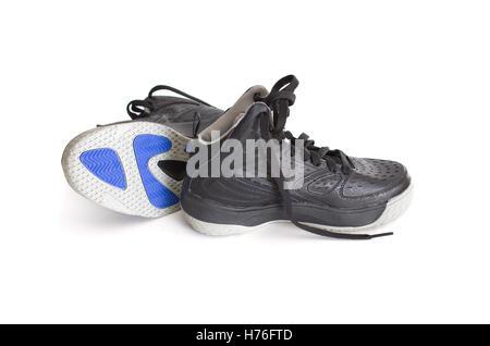 Moderne High-Top schwarz Leder und Mesh Basketball Kinderschuhe, Sneaker zeigen die Sohle isoliert auf weiss - Stockfoto