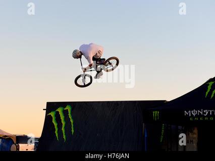 Eine Person, die eine Landung ein Trick springen auf einem BMX-Fahrrad - Stockfoto