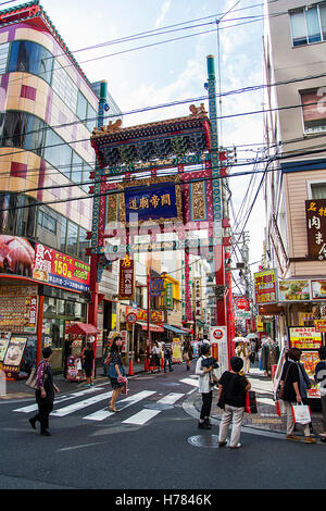 YOKOHAMA, JAPAN - 6. Oktober 2016: Unbekannte Leute auf der Straße von Chinatown in Yokohama, Japan. Es ist als - Stockfoto
