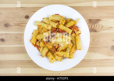Draufsicht der gebackenen Tortiglioni Pasta mit Tomaten-Sauce, Mozzarella und Parmesan-Käse in der Platte auf dem - Stockfoto