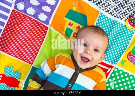 Baby Junge spielt auf eine Spielmatte - Stockfoto