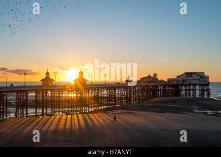 Sonnenuntergang über Blackpool North Pier, Blackpool, Lancashire, UK. - Stockfoto