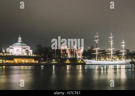 Foto von Red Castle und ein Boot in der Nacht in Stockholm, Schweden - Stockfoto