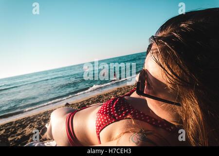 Foto von stilvolle Mädchen am Strand in Kalifornien - Stockfoto