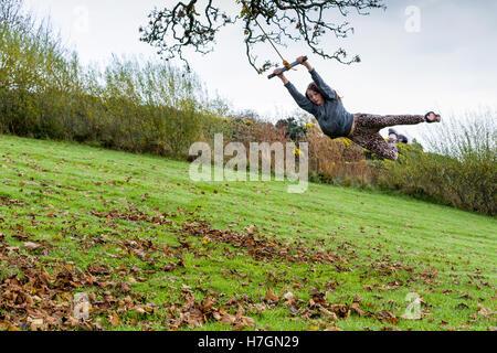 Junges Mädchen Schwingen am Seil schwingen im Freien Model Release: Ja. Property Release: Ja. - Stockfoto