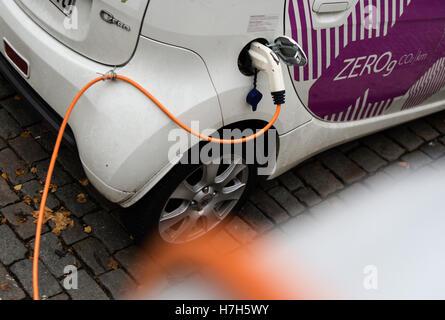 Berlin, Deutschland. 4. November 2016. Ein Ladestecker an einem Citroën C-Zero in Berlin, Deutschland, 4. November - Stockfoto