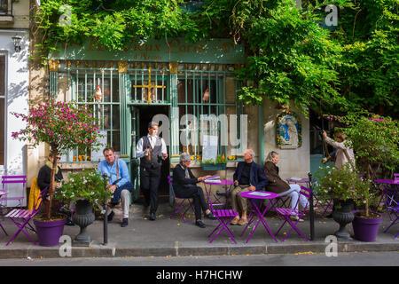 Paris, Frankreich - 16. Oktober 2016: Cafe auf der Ile de Cité mit unbekannten Menschen. Ile de Cité ist eine Seine - Stockfoto