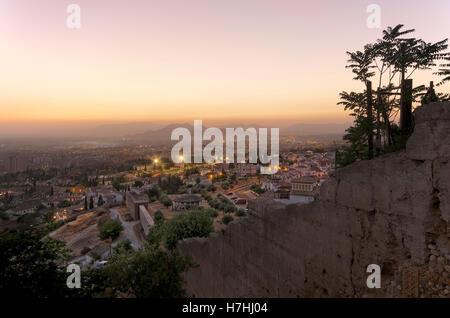 Alte Stadtmauer von Granada und Quartier Haza Grande - Stockfoto
