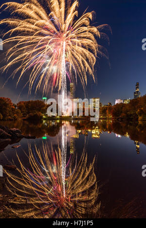 Central Park Feuerwerk feiern den Marathon Nachdenken über den See. Midtown Manhattan, New York City - Stockfoto