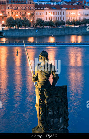 Statue auf der Karlsbrücke bei Nacht, Prag - Stockfoto