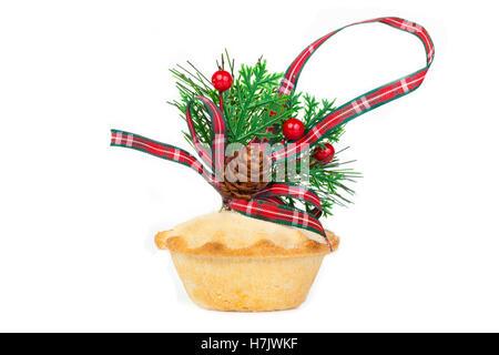 Eichel und Tartan Band Weihnachtsarrangement auf eine Mince Pie auf einem reinen weißen Hintergrund - Stockfoto
