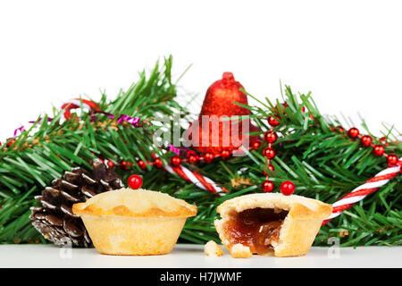 Zwei frische Torten vor Weihnachten Dekorationen vor einem weißen Hintergrund mince - Stockfoto