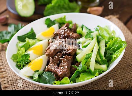 Salat mit würzigen Rindfleisch, Gurken und Eiern im asiatischen Stil. - Stockfoto