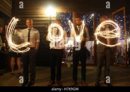 Liebe mit Wunderkerzen bei einer Hochzeit geschrieben - Stockfoto