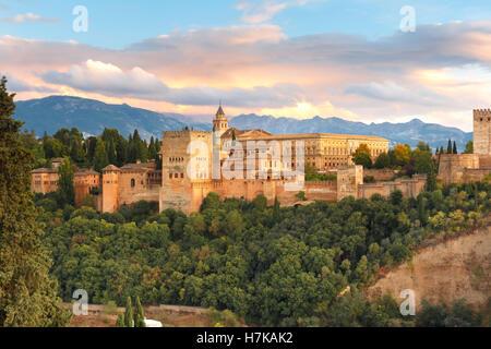 Alhambra bei Sonnenuntergang in Granada, Andalusien, Spanien - Stockfoto