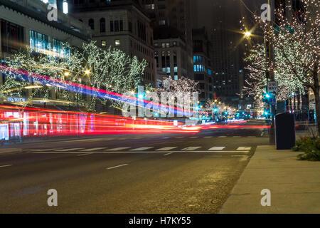 Weihnachtsnacht Stadtbild mit unscharfen Auto Ampeln - Stockfoto