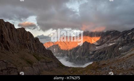 Feurigen Sonnenuntergang in den Wolken über den Bergen Pyrenee, Frankreich - Stockfoto