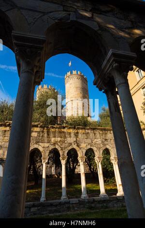St Andrews Kreuzgang neben Christopher Columbus Haus & Porta Soprana, Altstadt. Genua. Mittelmeer. Ligurien, Italien - Stockfoto