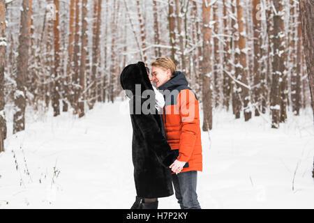 Junges Paar küssen am Wintertag - Stockfoto