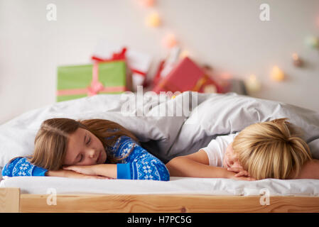 kinder mit ihren weihnachten pr sentiert in weihnachten. Black Bedroom Furniture Sets. Home Design Ideas
