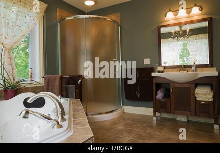 ... Landhausstil Home Log · Haupt Badezimmer Mit Whirlpool Badewanne, Glas  Dusche Stall Und Porzellan Arbeitsplatte