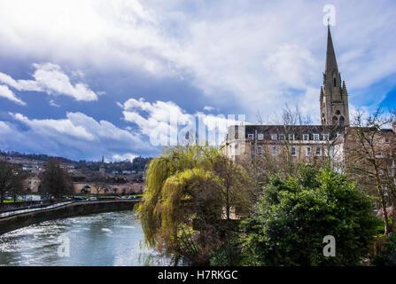 St. Johanniskirche entlang dem Fluss Avon unter dramatischen Himmel; Bath, Somerset, England - Stockfoto