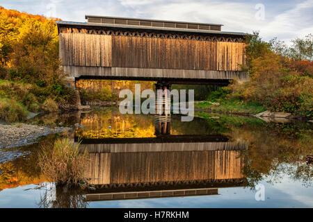 Fisher bedeckt Eisenbahnbrücke über Lamoille Fluss im Herbst; Wolcott, Vermont, Vereinigte Staaten von Amerika - Stockfoto