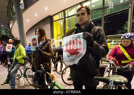 """London, UK. 7. November 2016. Demonstranten vor dem Rathaus mit dem Fahrrad. Aktivisten von """"Stop Killing Radfahrer"""" und Straße Sicherheit Aktivisten inszeniert ein Protest und Mahnwache vor dem Rathaus in der Nähe von Tower Bridge am Südufer, Bürgermeister von London, Sadiq Khan zu ergreifen, um Radfahrer sterben zu stoppen und Verbot von gefährlichen LKW aus der Hauptstadt Straßen zu drängen. Bildnachweis: Vickie Flores/Alamy Live-Nachrichten"""