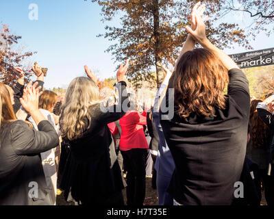 Chappaqua, New York, USA - 8. November 2016. Mitglieder von einem Hosenanzug Up Flash-Mob Tanz in Präsidentschaftskandidat - Stockfoto