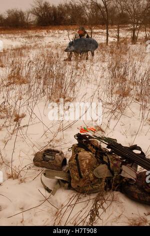 Feral Hog Bowhunter im Winter - Stockfoto