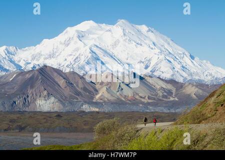 Zwei Biker auf die Parkstraße mit Denali im Hintergrund, Denali National Park & Preserve, innen Alaska, USA - Stockfoto