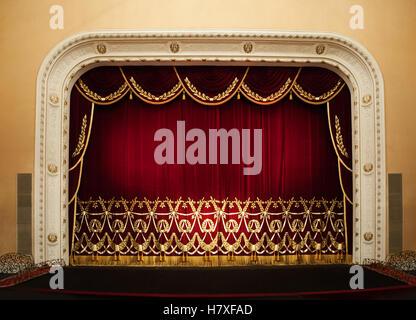 Offene rote Vorhänge mit Glitzer-Oper oder Theater-Hintergrund - Stockfoto