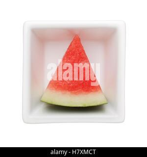 Scheibe Wassermelone in eine quadratische Schale isoliert auf weißem Hintergrund - Stockfoto