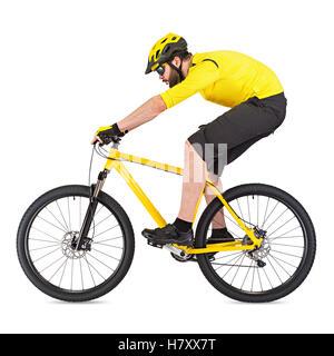 junge Radfahrer mit Bart auf gelben Mountainbike isoliert auf weißem Hintergrund - Stockfoto