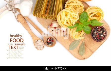 Italienische gerollt frische Bandnudeln Nudeln, auf weißem Hintergrund - Stockfoto
