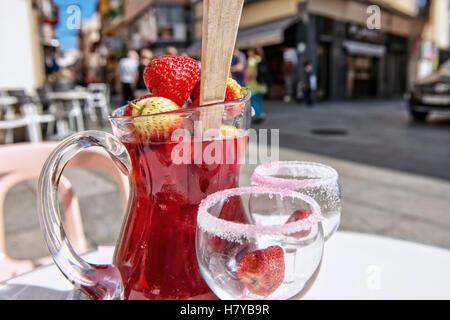 Rote Sangria auf den Tisch neben Straßencafé in Spanien mit Erdbeeren closeup - Stockfoto