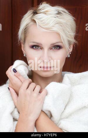 schöne blonde Frau in eine Decke gehüllt - Stockfoto