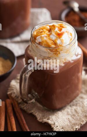 heiße Schokolade mit Sahne Karamell im Einmachglas - Stockfoto