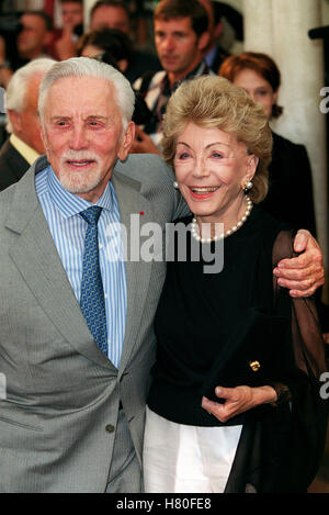 KIRK DOUGLAS & ANNE BUYDENS 12. September 1999 - Stockfoto