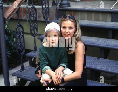 DIE UNZERTRENNLICHEN, Familienserie D 1996 / 97 - Pilotfilm + 13 Folgen, Regie: Bernhard Stephan, ROWENA DEBUS, KATHARINA BÖHM, Stichwort: Treppe