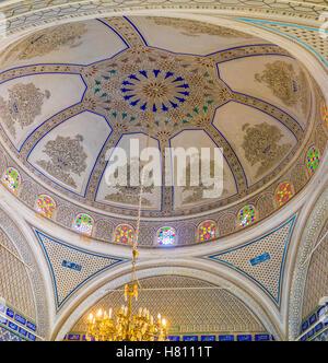 Weissputz Kuppel verziert mit geschnitzten islamische Muster im Gebäude der ehemaligen Moschee, El Kef - Stockfoto