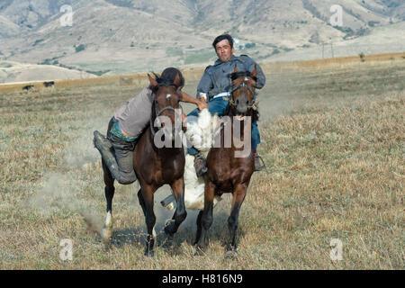 Traditionelle Kokpar oder Buzkashi am Rande des Gabagly Nationalpark, Schymkent, South Region, Kasachstan, Zentralasien - Stockfoto