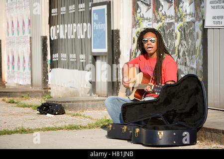 Straßenmusiker spielen Gitarre - Stockfoto