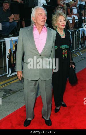 KIRK DOUGLAS & ANNE BUYDENS WESTWOOD LOS ANGELES USA 17. Juli 2001 - Stockfoto