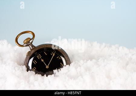 Antike Uhr im Schnee tickt die Minuten bis zum neuen Jahr - Stockfoto