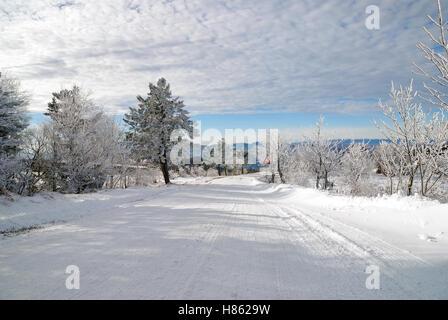 Straße mit Schnee und Eis im Januar